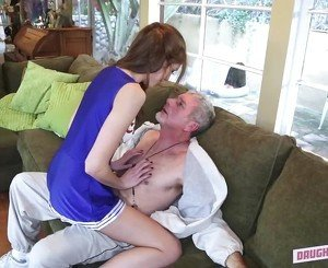 Old man fucks an innocent young babe on the sofa